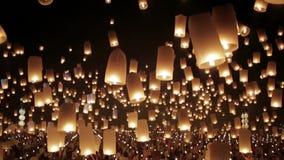 De gelukkige mensen overbevolken het vrijgeven van duizend van heldere verbazende aangestoken kaars Chinese document lantaarns in stock videobeelden