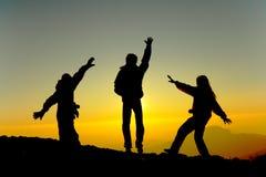 De gelukkige mensen silhouetteren bij zonsopgang Royalty-vrije Stock Fotografie