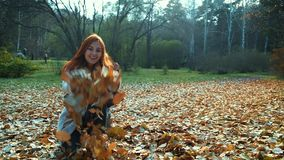 De gelukkige moeder en de dochter lopen langs bosweg Moeder en de dochter die in de herfstbos de lopen werpen op stock footage