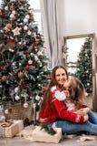 De gelukkige moeder en de dochter omhelzen dichtbij spar stock afbeelding