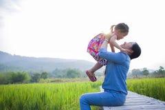 De gelukkige Moeder en haar kind spelen in openlucht het hebben van pret, Groene padieveld achtergrond royalty-vrije stock afbeeldingen