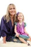 De gelukkige moeder omhelst haar weinig dochter Stock Afbeeldingen