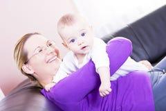 De gelukkige moeder speelt het jongenskind. Royalty-vrije Stock Afbeeldingen