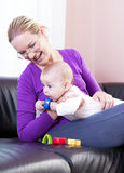 De gelukkige moeder speelt het jongenskind. Stock Fotografie