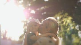 De gelukkige moeder speelt met baby bij zonsondergang Kind en moederlach voor gang De moeder houdt baby in haar wapens stock video