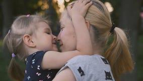 De gelukkige moeder speelt met baby bij zonsondergang Kind en moederlach voor gang De moeder houdt baby in haar wapens stock footage