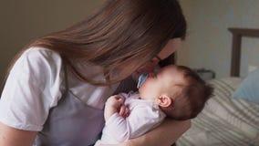 De gelukkige moeder streelt haar baby stock video