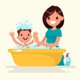 De gelukkige moeder wast haar baby Vectorillustratie in een vlakke styl Royalty-vrije Stock Afbeelding
