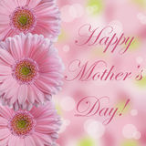 De gelukkige Moederdagkaart met drie zacht lichtrose gerberamadeliefje bloeit met abstracte bokehachtergrond Stock Foto