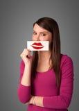 De gelukkige mooie kaart van de vrouwenholding met het teken van de kuslippenstift Stock Fotografie