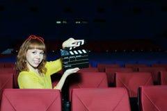 De gelukkige mooie vrouw toont klapraad in auditorium royalty-vrije stock fotografie