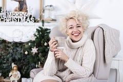 De gelukkige mooie vrouw van het vakantieblonde Stock Afbeelding