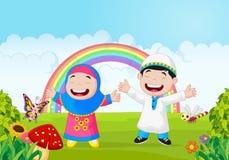 De gelukkige moslim golvende hand van het jong geitjebeeldverhaal met regenboog royalty-vrije illustratie