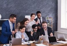 De gelukkige multiraciale managers voltooiden met succes hard project royalty-vrije stock fotografie