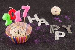 De gelukkige nieuwe cake van 2017 met kaarsen Stock Afbeelding