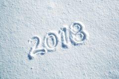 De gelukkige nieuwe kaart van de jaargroet op sneeuwvloer Stock Foto