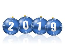 De gelukkige nieuwe kaart van de de vakantie 2019 groet van de jaarviering met de blauwe 3d illustratie van Kerstmisballen op wit Stock Foto