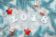 De gelukkige Nieuwjaar 2018 achtergrond met 2018 cijfers, Kerstmisspeelgoed, blauwe spar vertakt zich Nieuwjaar 2018 stilleven Royalty-vrije Stock Fotografie