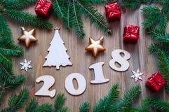 De gelukkige Nieuwjaar 2018 achtergrond met 2018 cijfers, Kerstmisspeelgoed, blauwe spar vertakt zich Nieuwjaar 2018 stilleven Royalty-vrije Stock Foto's