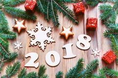 De gelukkige Nieuwjaar 2018 achtergrond met 2017 cijfers, Kerstmisspeelgoed, blauwe spar vertakt zich Nieuwjaar 2018 stilleven Royalty-vrije Stock Afbeelding