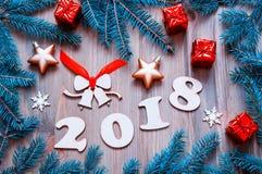De gelukkige Nieuwjaar 2018 achtergrond met 2017 cijfers, Kerstmisspeelgoed, blauwe spar vertakt zich Nieuwjaar 2018 stilleven Stock Foto's