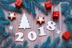 De gelukkige Nieuwjaar 2018 achtergrond met 2018 cijfers, Kerstmisspeelgoed, spar vertakt zich Nieuwjaar 2018 stilleven Stock Foto's