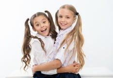 De gelukkige omhelzing van meisjesvrienden elkaar, vriendschapsconcept Een ware vriendschap is meer dan een andere verhouding op stock afbeelding