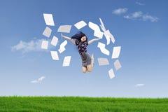 De gelukkige onderneemster werpt documenten royalty-vrije stock afbeelding