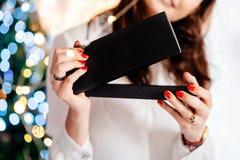 De gelukkige opgewekte mooie jonge vrouw het openen doos van de juwelengift stock foto's