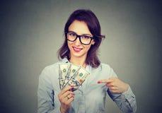 De gelukkige opgewekte succesvolle het gelddollar van de bedrijfsvrouwenholding factureert ter beschikking Stock Afbeelding