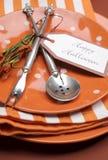 De gelukkige oranje stip van Halloween en het dinerlijst van van strepenplaten en servetten het plaatsen. Verticale dichte omhoogg Royalty-vrije Stock Afbeelding