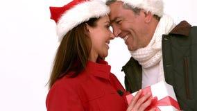 De gelukkige paar van neus-aan-neus gift holdingskerstmis stock footage