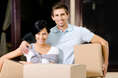 De gelukkige pakketten van het paar dragende karton Royalty-vrije Stock Foto's