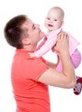 De gelukkige papa werpt naar omhoog op het jonge geitje Stock Foto's