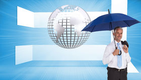 De gelukkige paraplu van de zakenmanholding Stock Foto's