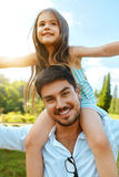 De gelukkige Pret die van Vaderand child having in openlucht spelen Familietijd Stock Foto's