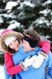 De gelukkige pret van het de winterpaar stock afbeelding