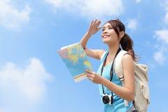 De gelukkige reisvrouw kijkt kaart Royalty-vrije Stock Fotografie