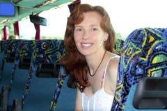 De gelukkige reizende bus van de vrouwentoerist binnen Royalty-vrije Stock Foto's