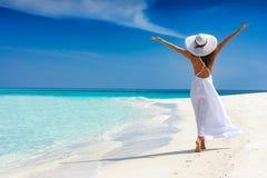 De gelukkige reizigersvrouw geniet van haar tropische strandvakantie Stock Fotografie
