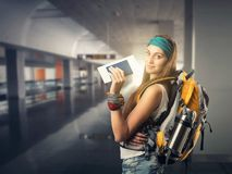 De gelukkige reizigersvrouw wacht op een vlucht Royalty-vrije Stock Afbeeldingen
