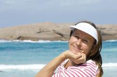 De gelukkige rijpe vrouw van het portret bij oceaan Stock Foto