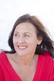 De gelukkige rijpe vrouw van het portret die op wit wordt geïsoleerd Royalty-vrije Stock Afbeelding