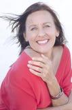 De gelukkige rijpe vrouw van het portret die op wit wordt geïsoleerdl Stock Afbeeldingen