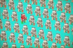 De gelukkige rode robot gaat tegen de menigte stock fotografie