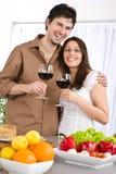 De gelukkige rode wijn van de paardrank in moderne keuken Stock Foto