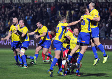 De gelukkige rugbyspelers vieren overwinning royalty-vrije stock afbeelding