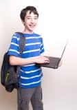 De gelukkige rugzak van de tienercomputer Stock Fotografie