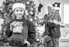 De gelukkige scène van de Kerstmisfamilie Babymeisje die gift met haar mo tonen Royalty-vrije Stock Afbeeldingen
