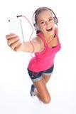 De gelukkige sexy tiener heeft muziekpret met telefoon stock afbeeldingen